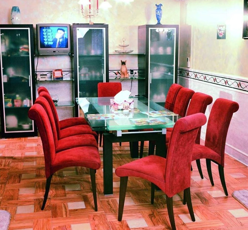 Mesas e cadeiras de sala vermelhas fotos e imagens for Sillas de comedor modernas cromadas